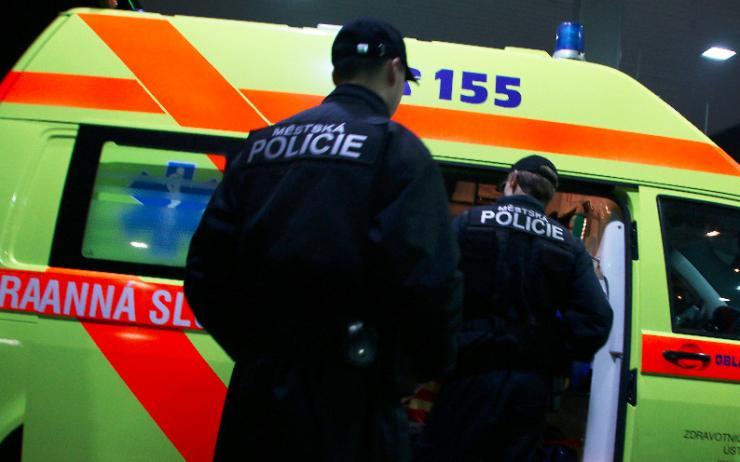 Strážníci zasahovali u opilých žen: Jedna se udeřila hlavou o lampu, druhá sedala lidem na klín